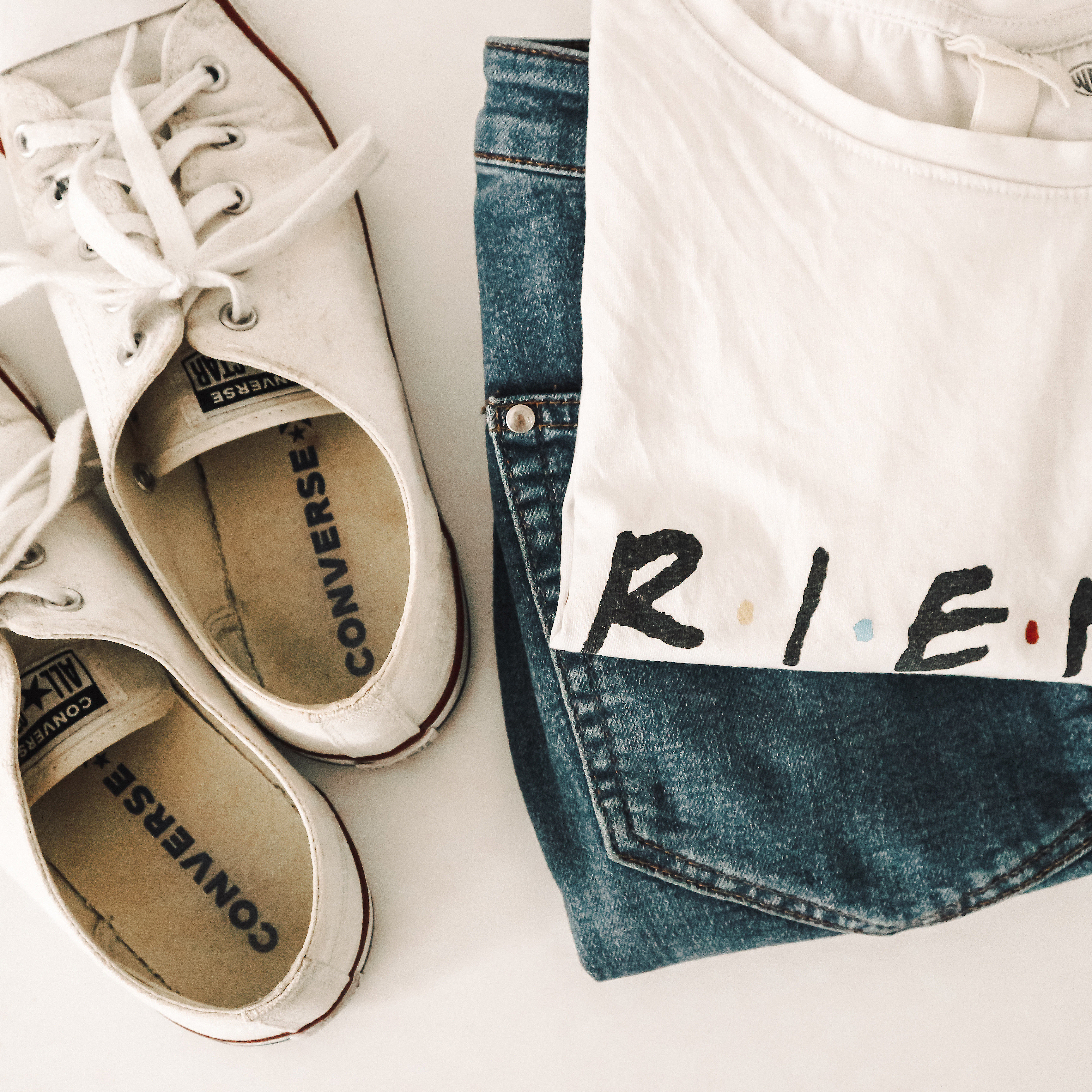 Friends T-Shirt, jeans and white Converse.