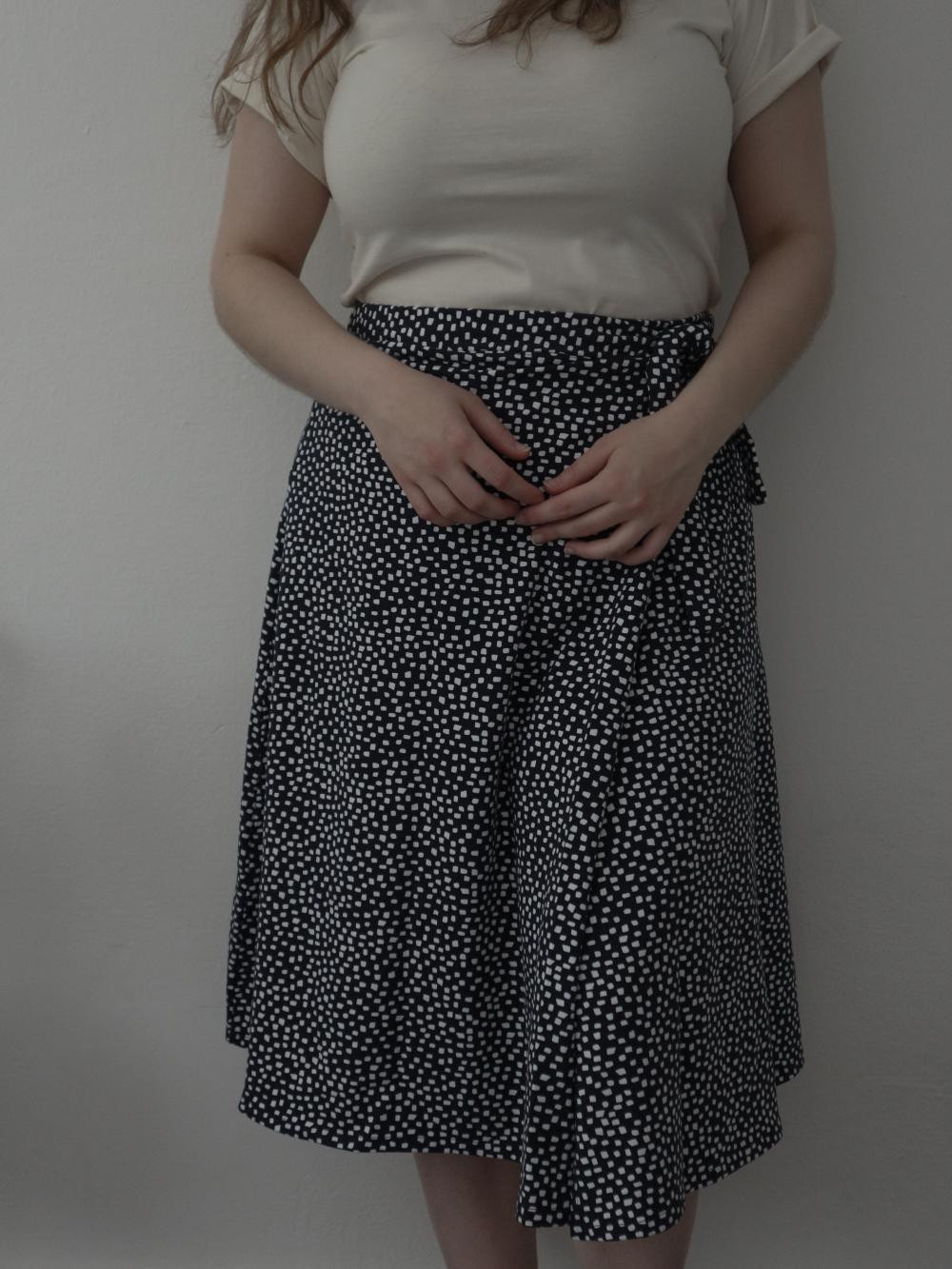 Dlhá zavinovacia sukňa v tmavomodrej farbe. Etická a udržateľná móda.