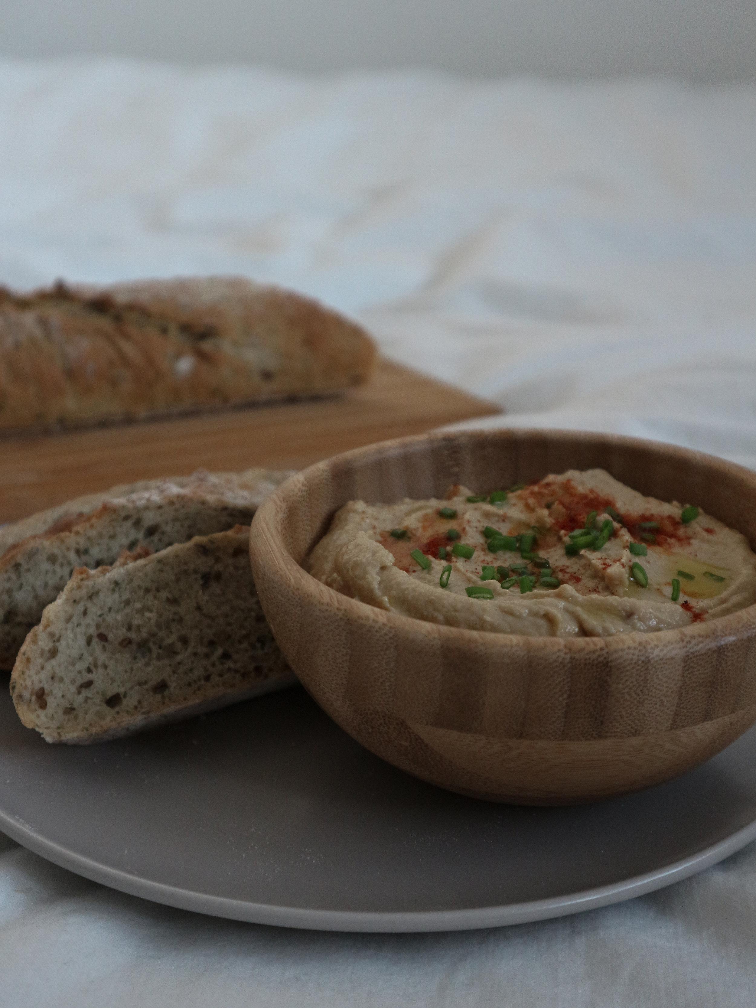 Domáci vegánsky hummus s chlebom